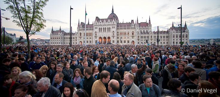 Tiotusentals människor utanför parlamentet i Budapest för att protestera mot premiärminister Viktor Orbáns förslag.